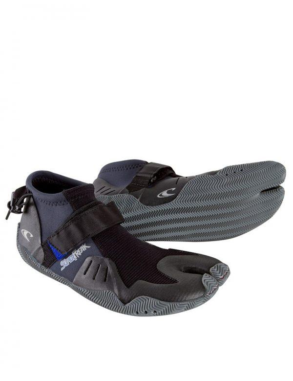 נעלי גלישה SUPERFREAK בין אםלהגנהמפני שוניות או להגנה מפני הקור אין דבר שלא חשבו עליו בייצור של נעלי הגלישה SUPERFREAK. יושבות על הרגל כמו שכבת עור שניה . סוליות מפוצלות בבוהן מיועדות לאחיזה מיירבית על הגלשן ולהרגשה יחפה, רצועות לאחיזה מיירבית ומניעת החלה של הנעל לצדדים מייתר גומי בכרסולת למניעה מייטבית של מים לתוך הנעל חורי ניקוז למניעת הצטברות נוזלים בתוך הנעל. אחד הדברים החשובים ביותר בקניית חליפת גלישה היא התאמת המידה, ב-Ultrawave יש לנו למעלה מ 40 שנה של ניסיון בהתאמת חליפות גלישה לגלושים. אנחנו תמיד זמינים בטל במייל ובחנות לכל שאלה.