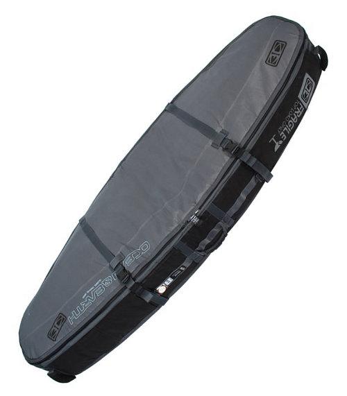 כיסוי Triple Coffin של Ocean&Earth מיועד ל-עד 4 גלשנים, בנוי בד פוליאסטר עמיד במים 600D, מייסבים וגלגלים איכותיים ומאד אמידים, משולב עם מיגון ספוג בולם זעזועים בעובי 10MM, קירות כיסויי מ-EVA. רוכסן מסיבי איכותי אל חלד, כיס פנימי לשעוות חרבות ואביזרים קטנים נוספים, מיגון נוסף לחרטום. סדרת Triple Coffin של Ocean&Earth מגיעה עם חורי אוורור למניעת חימום יתר של הגלשן בכיסוי ולייבוש מהיר של הכיסוי. כיסויי מאד איכותי שומר על הגלשנים ברמה הכי גבוה שיש בטיסות.