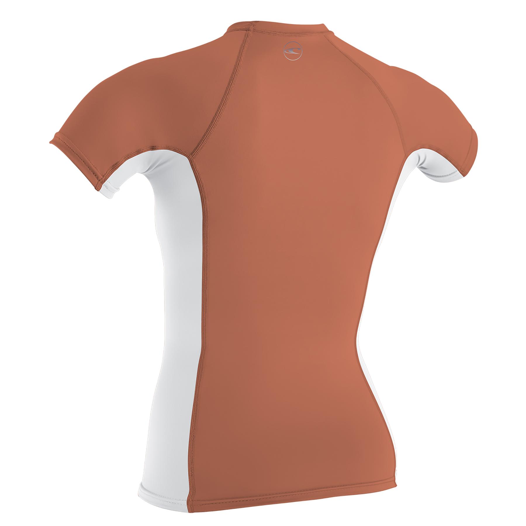 לייקרה נשים שרוול קצר של חברת Oneill מסדרת SKINS. סדרת SKINS בנויה מ-6OZ Nylon/Spandex עם4-Way Stretch היא גמישה מאד ויושבת על הגוף כמו שכבת עור נוספת, בנוסף כדי למנוע מהלייקרה לעלות או להתקפל בזמן הגלישה הוסיפו לליקרה לולאה קטנה בדש הלייקרה לקשירת הלייקרה למכנס גלישה. הלייקרה מודבקת ותפורה בצורה מאד מינימלית ללא תפרים באזור הבית שחי למניעת שפשפות. עם מקדם הגנה +50 UVהלייקרה מספקת הגנה מעולה מפני השמש מבלי לפגוע ביכולת תנועה וסטייל . מעולה לקיץ הישראלי, טיולים לחול ולהגנה נגד מזודות