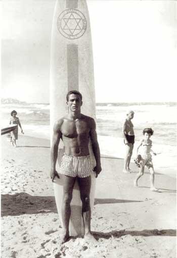 שאול זינר עם אחד משני גלשנים הראשונים שדוריאן פסקוביץ הביא לארץ