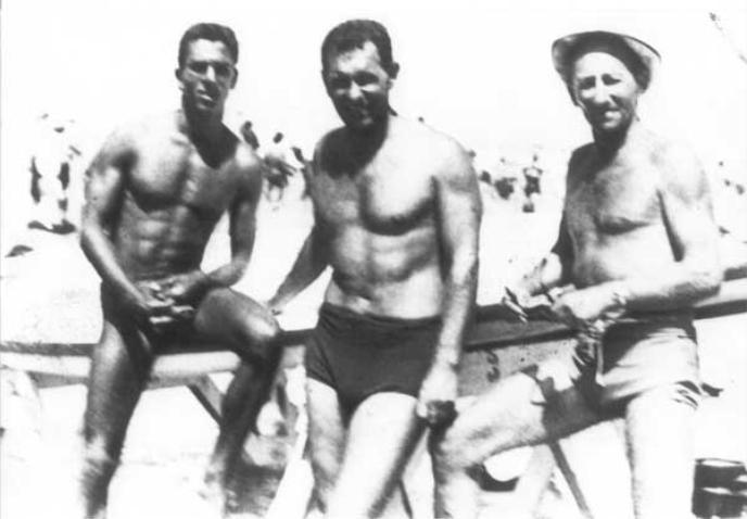 שנת 1954 , חוף פרישמן , מימין לשמאל- טופסי , דוריאן פסקוביץ' , שאול זינר